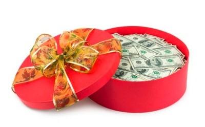 Деньги в подарочной коробке
