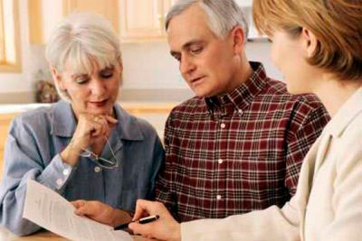 Пенсионеры читают условия по ипотеке
